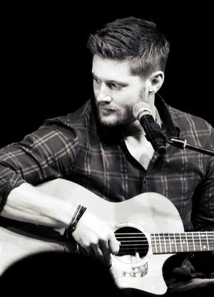 Jensen With a đàn ghi ta, guitar