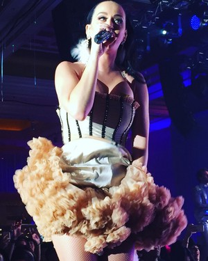 Katy Performing at a Private New Years Eve mostra
