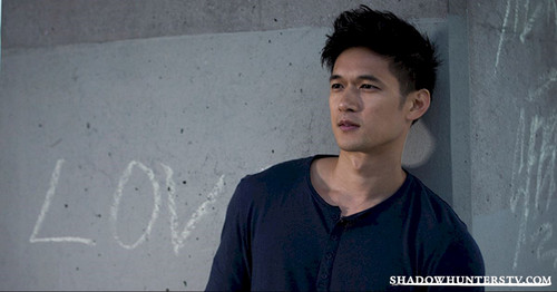 Shadowhunters TV Zeigen Hintergrund probably containing a sign and a konzert titled Magnus Bane