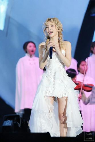 তাইয়েওন (এসএনএসডি) দেওয়ালপত্র probably containing a bridesmaid and a ডিনার dress titled Taeyeon @ MAMA 2015