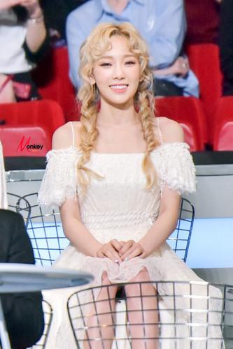 তাইয়েওন (এসএনএসডি) দেওয়ালপত্র containing a bridesmaid titled Taeyeon @ MAMA 2015