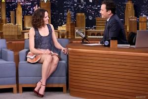 "Visits ""The Tonight onyesha Starring Jimmy Fallon"" (December 3, 2015)"