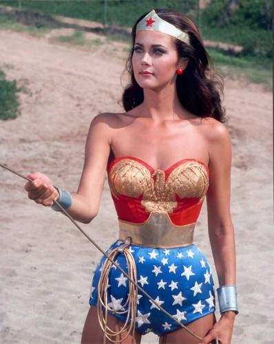 Lynda Carter karatasi la kupamba ukuta titled Wonder Woman