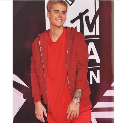 Justin Bieber hình nền probably with an outerwear, a well dressed person, and a box áo, áo khoác entitled image
