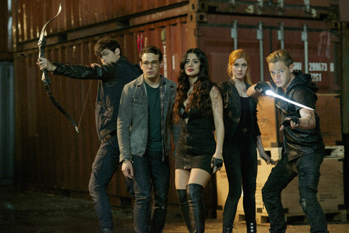 Shadowhunters TV ipakita wolpeyper with a hip boot and a kalye entitled 1×05: 'Moo Shu To Go'