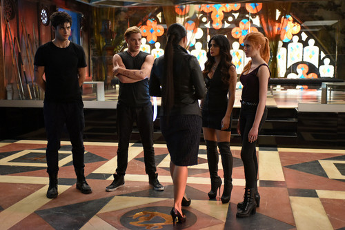 Shadowhunters TV Zeigen Hintergrund with a business suit entitled 1×05: 'Moo Shu To Go'
