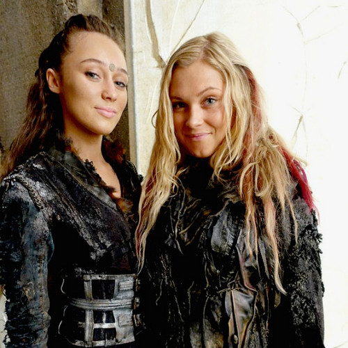 100 (Сотня) сериал Обои probably containing a box пальто and an outerwear called Alycia and Eliza
