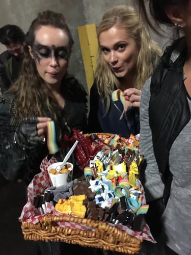 100 (Сотня) сериал Обои possibly containing a bouquet, a банан split, and a holiday ужин entitled Eliza and Alycia