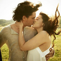 Emilia and Kit キス for a photoshoot