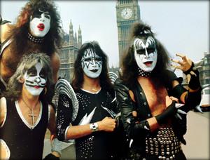 ciuman ~London, England…May 10, 1976 (Westminster Bridge)