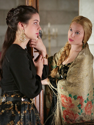 "Reign ""Bruises That Lie"" (3x10) promotional picture"