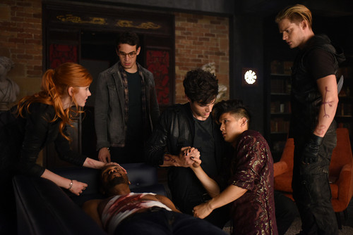 Alec & Magnus fondo de pantalla possibly containing a business suit and a well dressed person entitled Shadowhunters - 1x06 - Of Men and ángeles - Promotional Stills