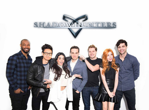 Shadowhunters TV Zeigen Hintergrund with a well dressed person, an outerwear, and long trousers called Shadowhunters