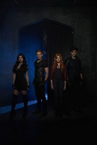 Shadowhunters TV Zeigen Hintergrund with a business suit and a konzert titled Shadowhunters