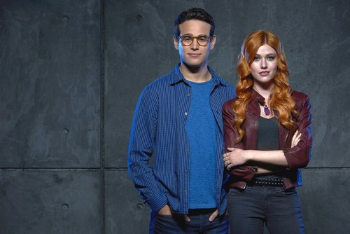 Shadowhunters TV Zeigen Hintergrund possibly containing long trousers, an outerwear, and a well dressed person called Simon and Clary