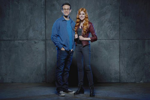 Shadowhunters TV Zeigen Hintergrund containing a business suit, a well dressed person, and long trousers entitled Simon and Clary