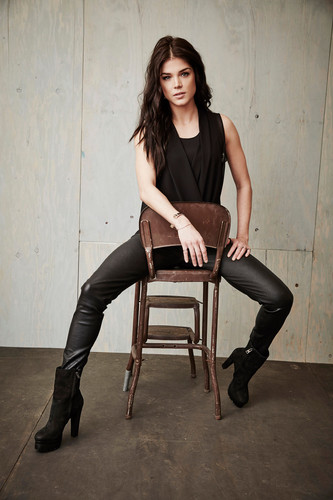 100 (Сотня) сериал Обои possibly with bare legs, a hip boot, and a well dressed person titled The 100 Cast TCA Portraits
