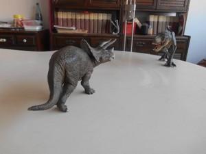 Triceratopo contro T rex in stile Papo