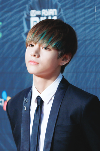 "v (bts) fondo de pantalla containing a business suit entitled V *""˜˜""*°•.ƸӜƷ"