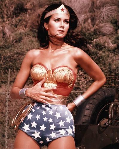 Lynda Carter karatasi la kupamba ukuta called Wonder Woman