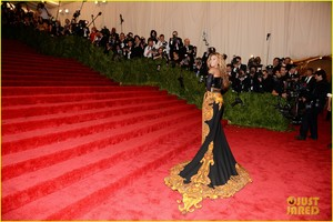 Beyoncé met ball 2013 red carpet with solange knowles 03
