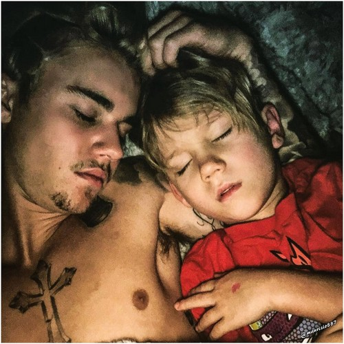 Justin Bieber karatasi la kupamba ukuta possibly containing skin and a portrait called justin bieber & jaxon bieber,2016
