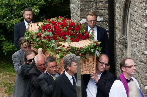 célébrités mortes jeunes fond d'écran containing a business suit, a suit, and a dress suit titled rik mayall funeral
