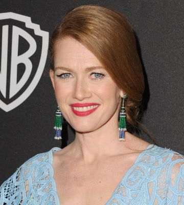Mireille Enos Hintergrund with a portrait titled InStyle And Warner Bros. 73rd Annual Golden Globe Awards Post-Party