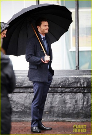 Jamie Dornan and Dakota Johnson ciuman on 'Fifty Shades Darker' Set! (Photos)