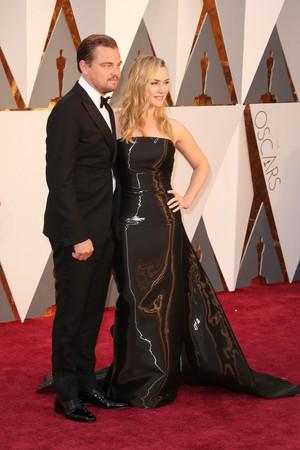 Leonardo DiCaprio & Kate Winslet Reunite On The 2016 Oscars Red Carpet