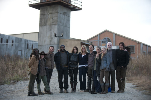 Lauren Cohan achtergrond possibly containing a green beret, a street, and a navy zeehond, seal titled Maggie Greene TWD Season 3