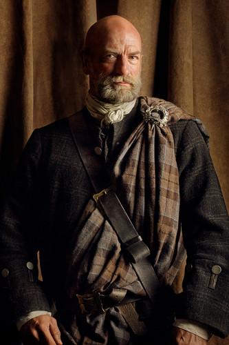 outlander série de televisão 2014 wallpaper probably with a green beret, vestido de batalha, and a atirador titled Outlander Dougal MacKenzie Season 2 Official Picture