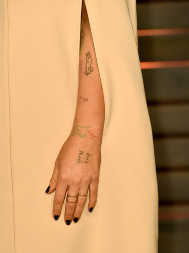 Sia fondo de pantalla titled Sia Arm Tattoo Arrivals at the Elton John AIDS Foundation Oscars Viewing Party