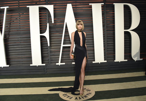 Taylor mwepesi, teleka at the Oscars 2016 'Vanity Fair' party