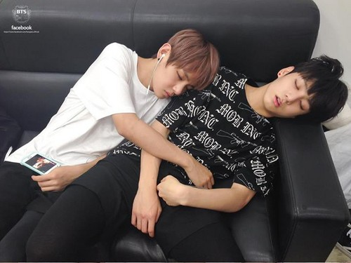 VKook (BTS) দেওয়ালপত্র containing a couch, a recliner, and a family room titled VKook ♥
