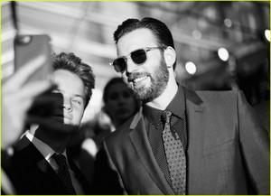Cast Rep Team ٹوپی at 'Civil War' Premiere