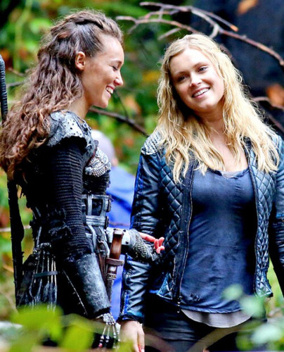 Clarke and Lexa fond d'écran probably with a hip boot called Clarke and Lexa