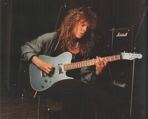 Joey Tempest playing the guitare