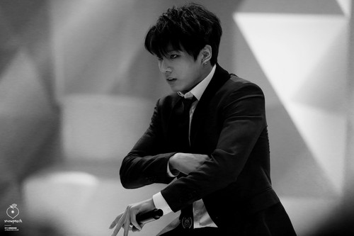 Jungkook (BTS) Hintergrund containing a business suit titled Jungkook HQ Foto ♥