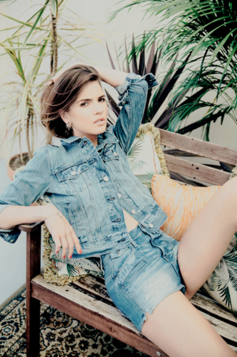 Shelley Hennig fondo de pantalla with a park bench titled Shelley Hennig ★
