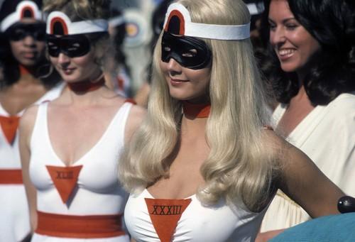 Lynda Carter karatasi la kupamba ukuta with sunglasses entitled Wonder Woman