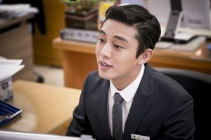 """Yoo Ah In Is All Smiles for Behind-the-Scene fotografias From """"Descendants of the Sun"""""""