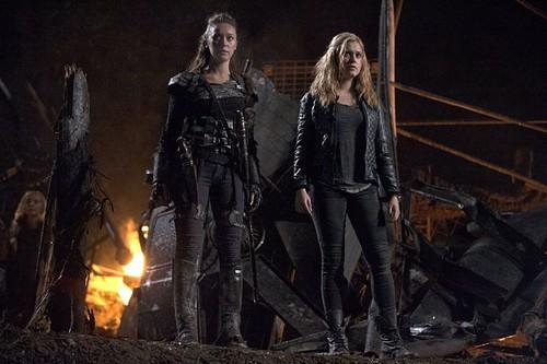 Clarke and Lexa fond d'écran possibly containing a feu called lexa clarke