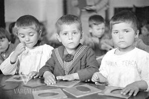 Fëmijët gjatë orës së mësimit. Foto rreth vitit 1930.