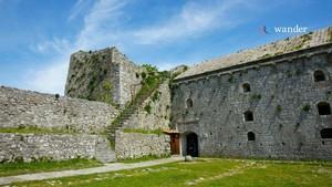 Rozafa lâu đài (Albanian: Kalaja e Rozafës) is a lâu đài near the city of Shkodër, in northwestern