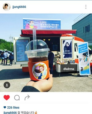 160505 Manager oppa updated his instagram with a picture of IU's người hâm mộ support on set