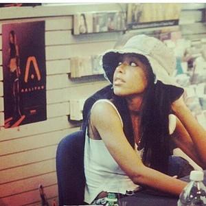 """Aaliyah """"Red Album"""" signing, 2001 ♥"""