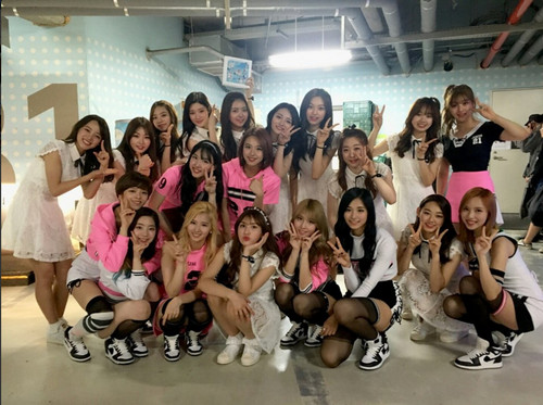 Twice (JYP Ent) achtergrond entitled IOI and TWICE meet up backstage!
