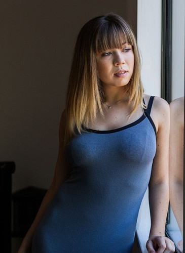 Jennette McCurdy Hintergrund with a leotard and a maillot titled Jennette McCurdy