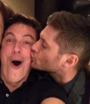 Jensen Ackles s'embrasser John Barrowman